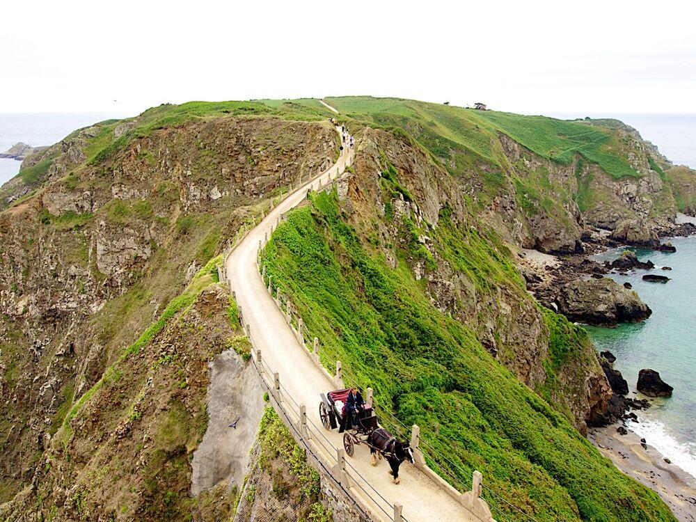جزيرة سارك، هي جزيرة صغيرة في جزر القنال الإنجليزي، جنوب غرب بحر المانش، ويبلغ عدد سكانها حوالي 600 شخص.