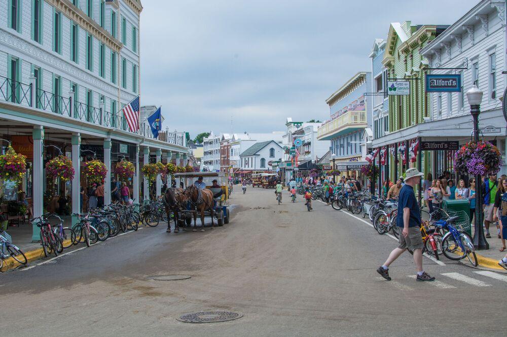 تم حظر حركة وسائل النقل الآلية في جزيرة ماكيناك في عام 1898. باستثناء مركبات الطوارئ والخدمات الفنية.