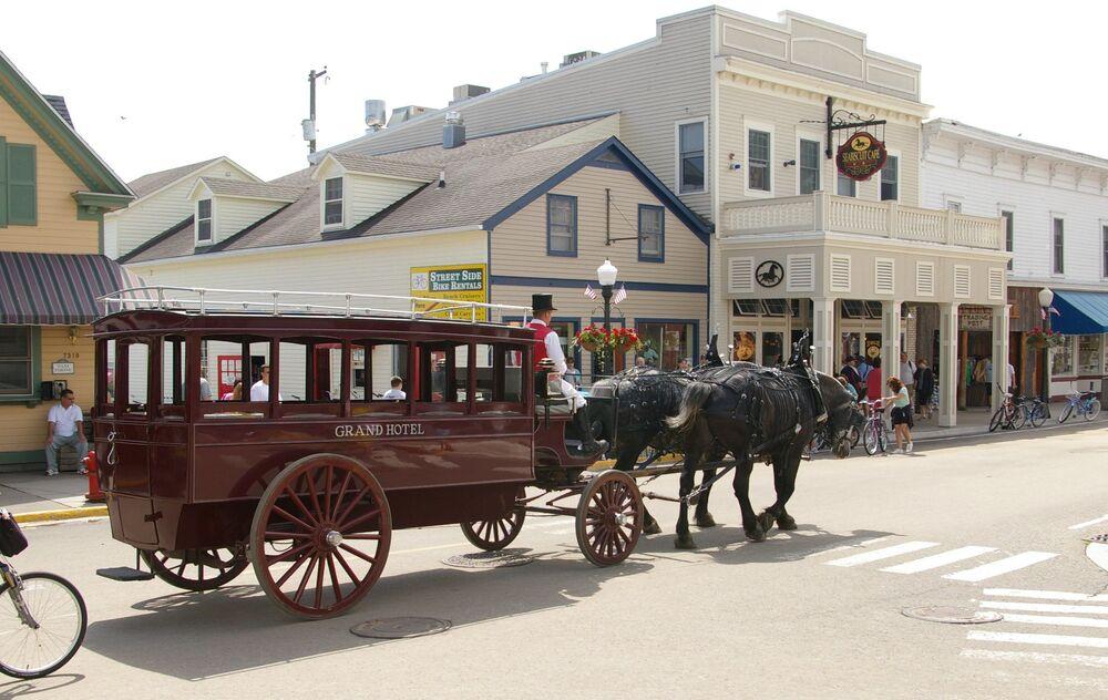 سيارة أجرة تجرها الخيول في جزيرة ماكيناك، ميشيغان.