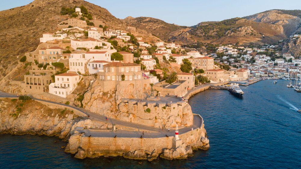 على جزيرة هيدرا اليونانية لا توجد سيارات أو دراجات نارية أو بخارية. السكان هنا يركبون على ظهور الخيل والحمير والبغال والدراجات. المركبات الآلية الوحيدة هي شاحنات القمامة.