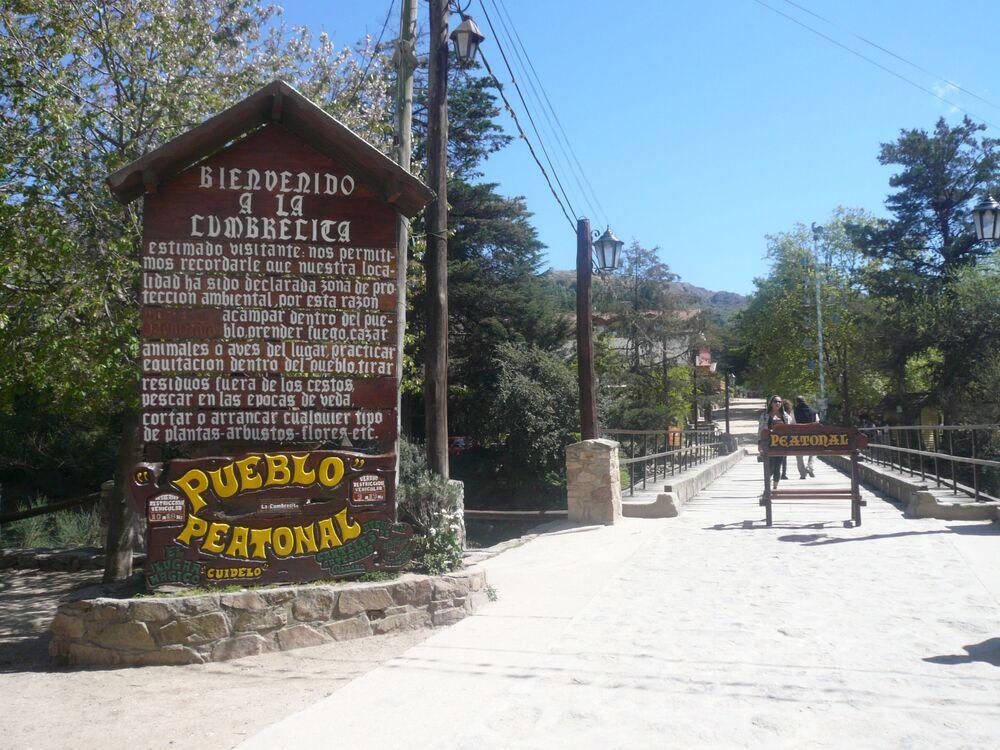 لا كومبارسيتا، وهي قرية تقع في مقاطعة قرطبة، هي إحدى وجهات السياحة البيئية. منذ أواخر تسعينيات القرن الماضي، كانت القرية مخصصة للمشاة فقط.