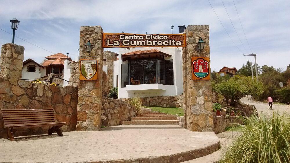 المدخل الرئيسي للمركز الإداري لمدينة لا كومبارسيتا، حيث بإمكان السياح تلقي خريطة القرية.، والحصول على المعلومات حول أسماء المطاعم والفنادق والأماكن الأخرى.