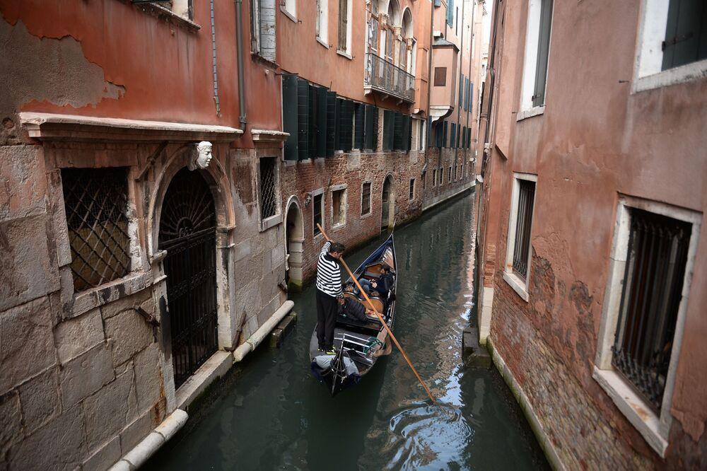وقد تقرر الحظر المفروض على الدراجات لتجنب الاصطدامات في الأزقة (الضيقة). في البندقية، الحركة إما سيرا على الأقدام أو باستخدام القوارب.