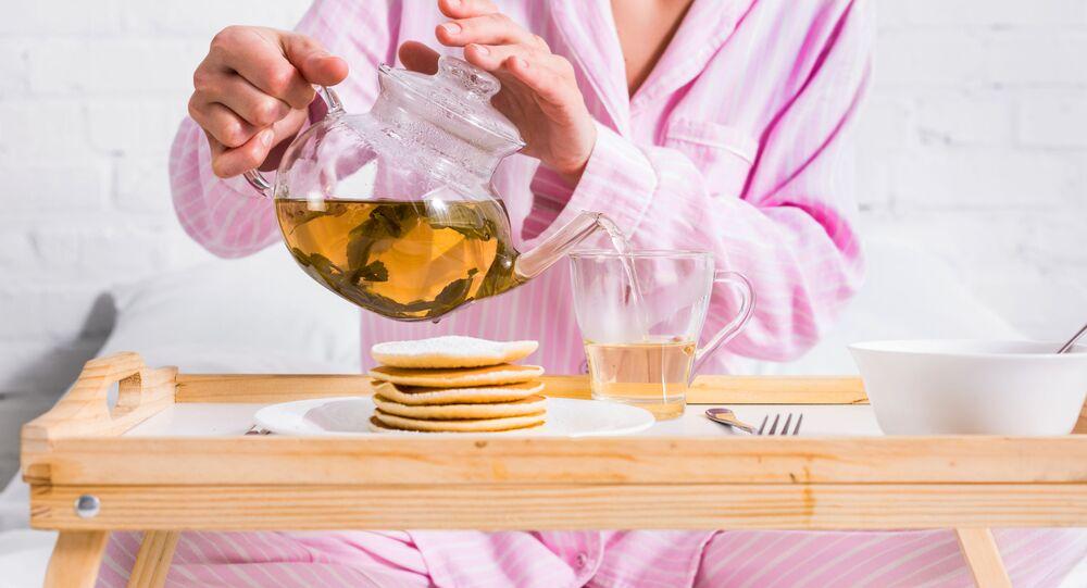 امرأة تصب الشاي