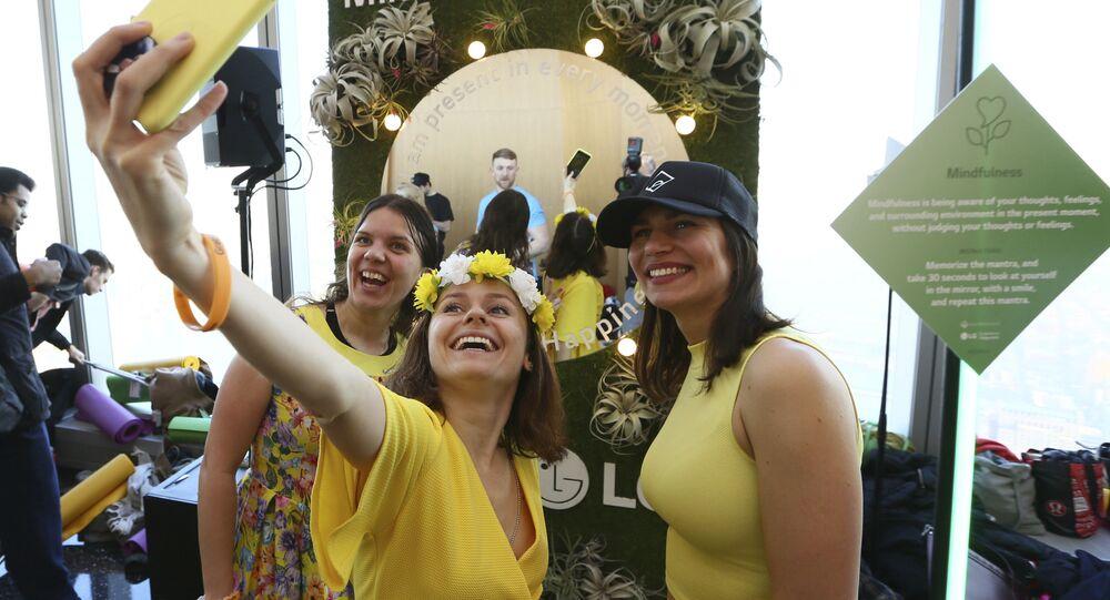 نساء يتلقطن صور سيلفي ويشعرن بـ السعادة