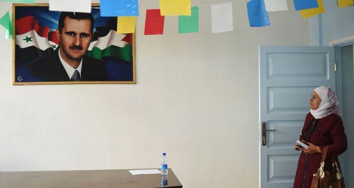 صورة للرئيس السوري بشار الأسد في أحد الفصول في مدرسة الشهيد عدنان كولكي في حي برزة بدمشق، سوريا
