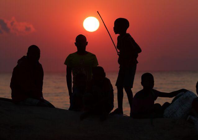 صيادون على خلفية غروب الشمس