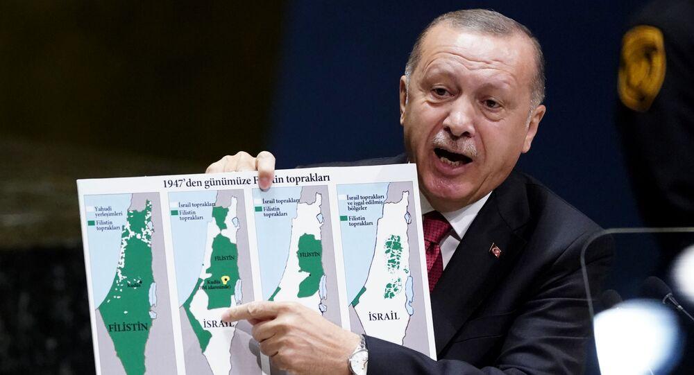 الرئيس التركي رجب طيب أردوغان يرفع خارطة فلسطين التاريخية في الأمم المتحدة.