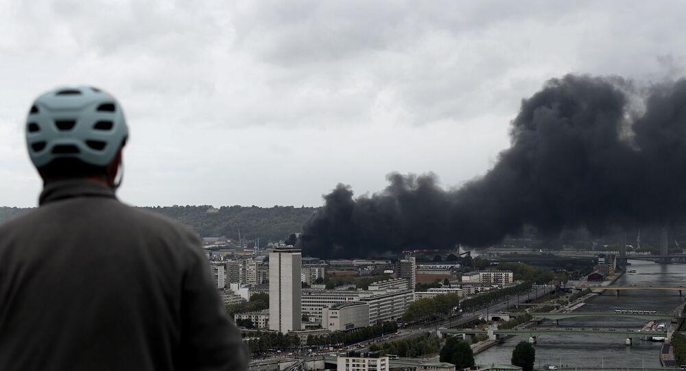 حريق هائل في مصنع كيميائي شمال غرب فرنسا وتحذير من خطر تلوث نهر السين 26 سبتمبر 2019