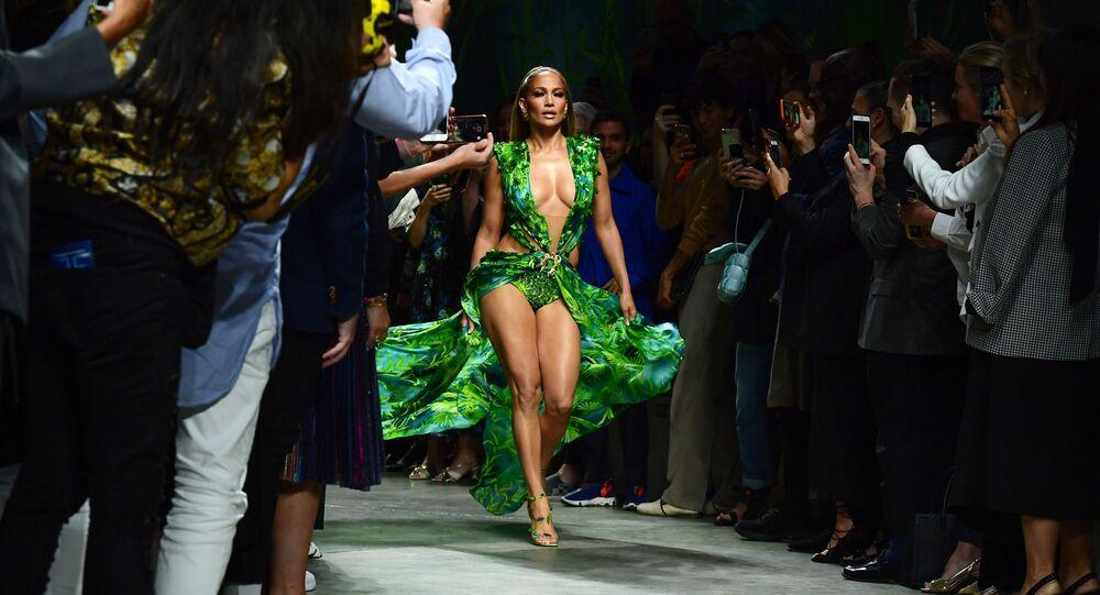 المغنية الأمريكية الشهيرة جينفر لوبيز خلال اختتام عرض أزياء لدار أزياء فيرساتشي لمجموعة أزياء ربيع-صيف 2020 في ميلانو، إيطاليا 20 سبتمبر 2019