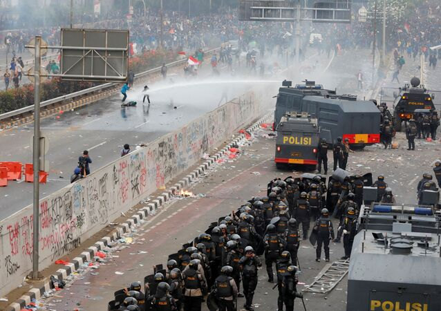 عناصر شرطة الشغب تفرق مظاهرة لطلاب جامعة خارج البرلمان الإندونيسي في جاكارتا، إندونيسيا 24 سبتمبر 2019
