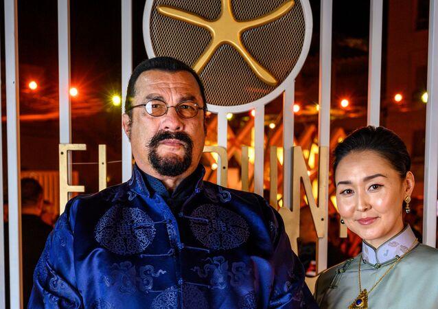 النجم الأمريكي ستيفن سيغال مع زوجته في حفل ختام مهرجان الجونة السينمائي الثالث، 27 سبتمبر/أيلول 2019