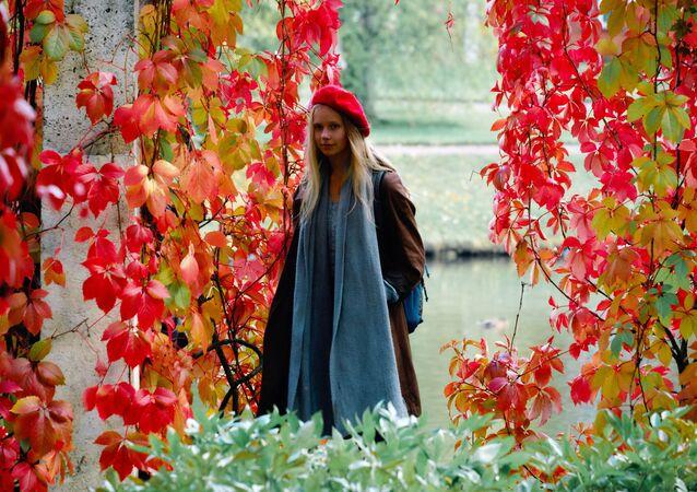 فتاة على أراضي حديقة القصر الملكي أورانينباوم في سان بطرسبورغ