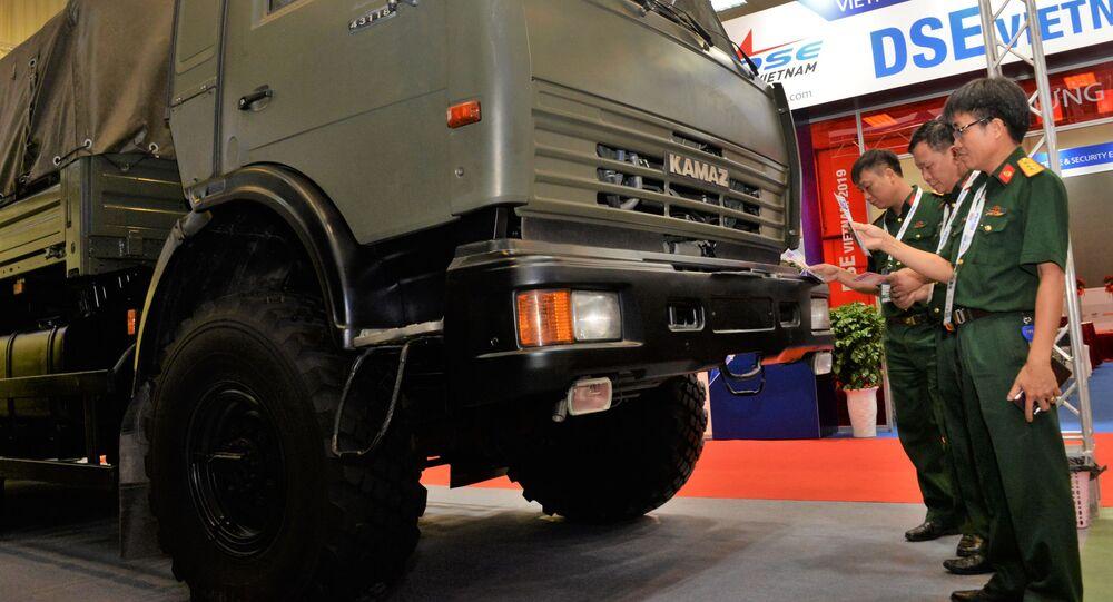معرض الدفاع الدولي الدفاع والأمن إكسبو فيتنام - 2019 في مدينة هانوي - (زوار يتفقدون مركبة شحن روسية كاماز-43118)