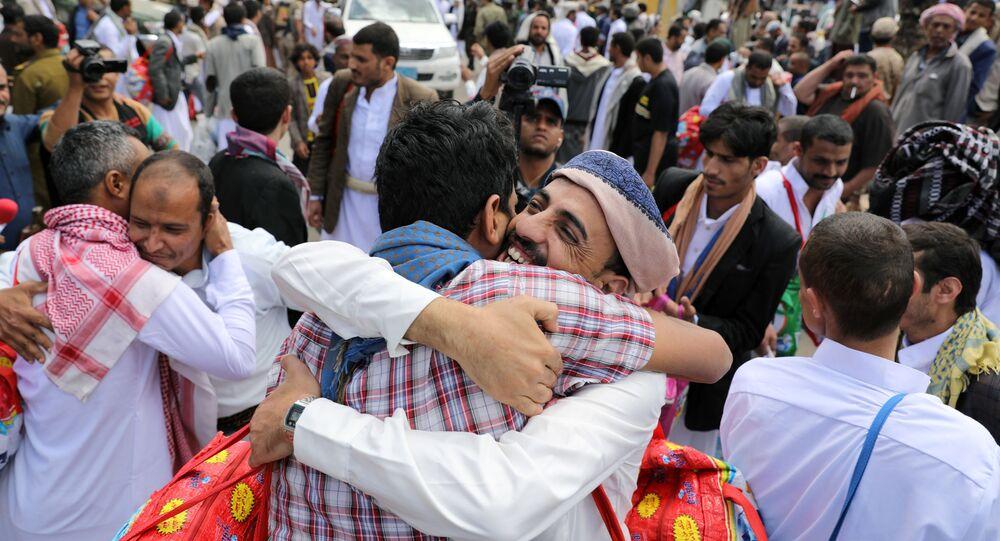 معتقلون يحضنون أقاربهم بعد إطلاق سراحهم من قبل الحوثيين خارج سجن صنعاء المركزي، اليمن 30 سبتمبر 2019