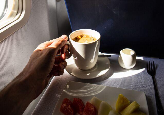 كوب من القهوة على متن طائرة