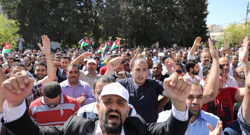 معلمو المدارس العامة يشاركون في احتجاج كجزء من إضرابهم في عمان