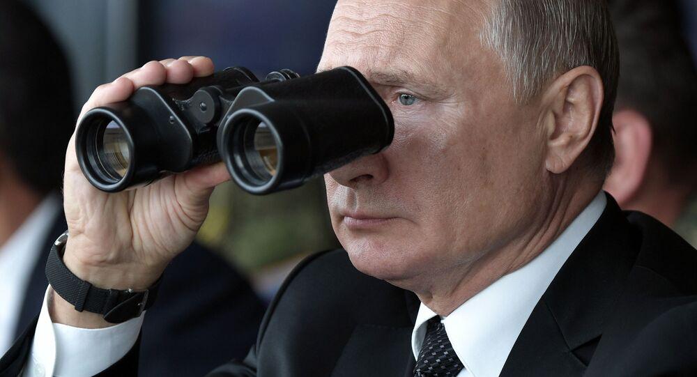 الرئيس فلاديمير بوتين أثناء مشاهدته المرحلة الأساسية للمناورات تسينتر 2019 (المركز-2019) في الميدان العسكري دونغوز