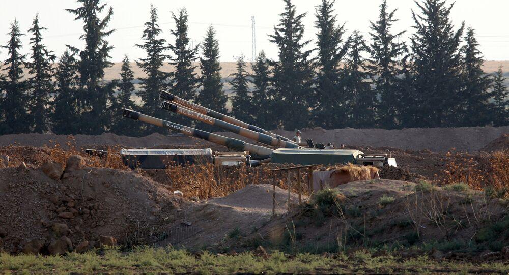 مدافع الهاوتزر التابعة للجيش التركي على الحدود التركية السورية، بالقرب من بلدة أكاكالي الجنوبية الشرقية في مقاطعة سانليورفا، تركيا، 7 أكتوبر 2019