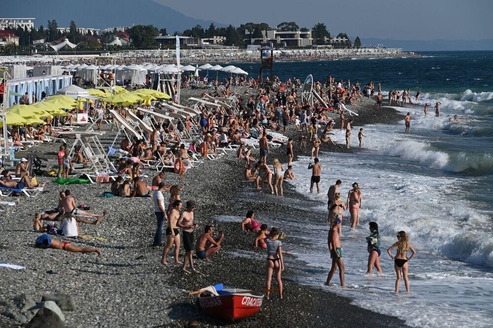 مصطافون على شاطئ خليج نيجني إميريتينسكي في سوتشي