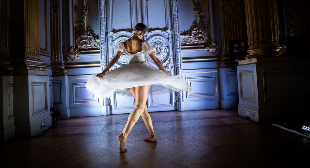 راقصة باليه من دار الأوبرا في باريس أثناء عرض الرقص ديغاس دانس في معرض Degas Danse في متحف أورساي في باريس، 9 أكتوبر 2019