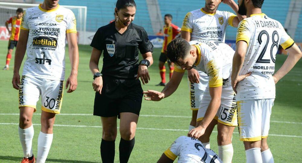 حكم كرة القدم التونسية درصاف القنواطي