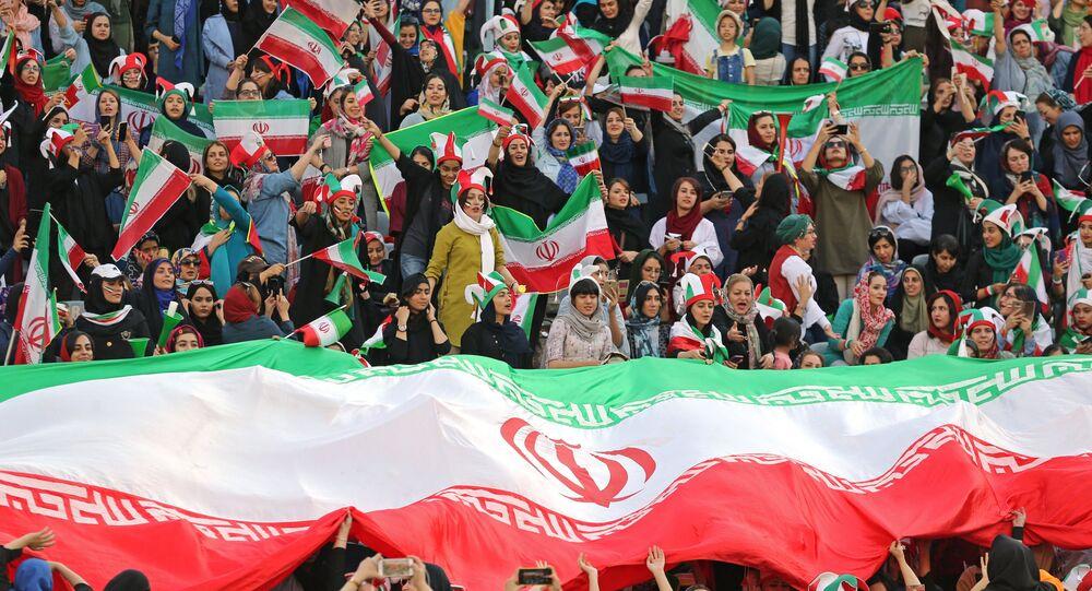 المشجعات الإيرانيات يحضرن مباريات التصفيات المؤهلة لكأس العالم الشهر المقبل، وهو حدث ظل حكرا على الرجال لأكثر من 40 عاما، طهران، إيران