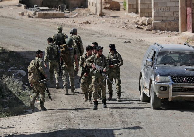مقاتلون تابعون للجيش التركي في مدينة تل أبيض