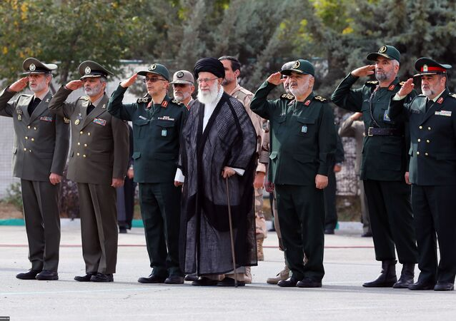 المرشد الأعلى الإيراني علي خامنئي مع قادة الحرس الثوري