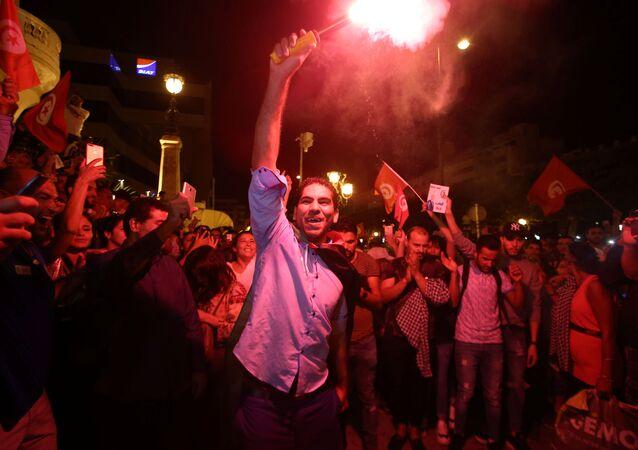 آلاف التونسيين يحتفلون بعد نتائج استطلاع  تشير لفوز قيس سعيد