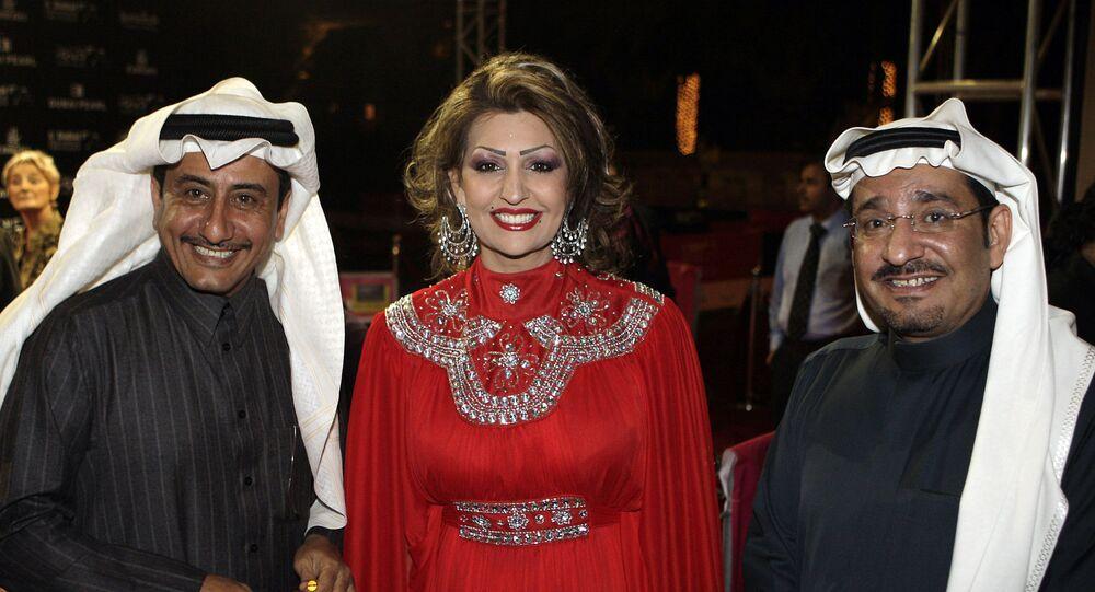 الممثلان السعوديان ناصر القصبي وعبد الله السدحان يقفان مع الممثلة هدى الخطيب