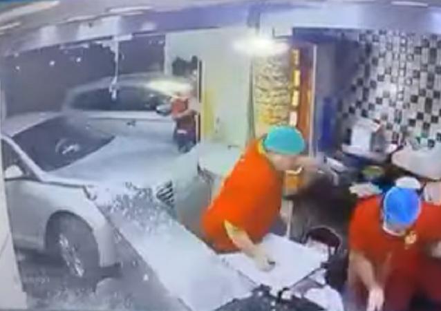 سيدة تقتحم مطعما في السعودية بسيارتها