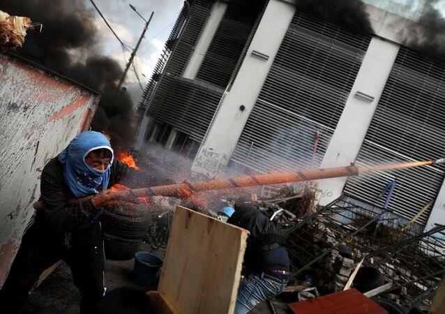 متظاهر يطلق أسلحة محلية الصنع خلال احتجاجات في كيتو، الإكوادور 12 أكتوبر 2019