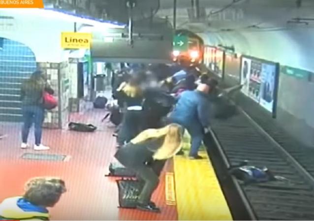 انقاذ امرأة بأعجوبة سقطت في مترو أنفاق