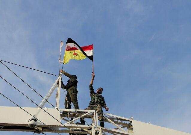 سبوتنيك تواكب رفع علم سوريا وقسد على معبر عين العرب الحدودي