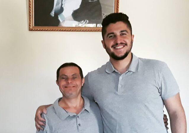 الشاب السوري صادر عيسى مع والده المصاب بمتلازمة داون