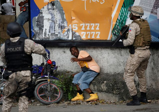 ضباط الشرطة والمتظاهر في شوارع بيتيون-فيل، بورت-أو-برنس، هايتي 20 أكتوبر 2019