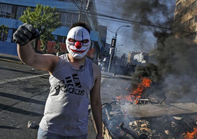متظاهر ملثم أثناء تجدد الاحتجاجات في سانتياغو بعد مقتل اثنين من المتظاهرين، تشيلي 20 أكتوبر 2019