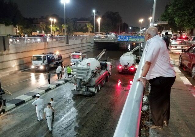 رجل يتابع سيارات الإنقاذ وهي تسحب المياه بالشفط من نفق العروبة في حي مصر الجديدة بعد أن تسببت الأمطار في ازدحام المرور في العاصمة المصرية القاهرة، 22 أكتوبر/تشرين الأول 2019