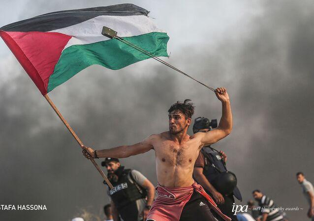 صورة بعنوان مسيرات العودة (Palestinian rights of return protests)، للمصور مصطفة حسونة، الفائز في فئة أفضل مصور صحفي/ محرر لهذا العام، ضمن جوائز المحترفين للمسابقة الدولية للتصوير لعام 2019