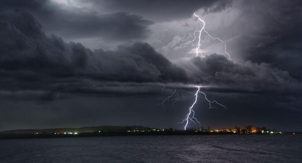 صورة بعنوان عرض رائع للبرق فوق خليج تريل، للمصور هيوغو بيغ، الحائز على جائزة YWPotY winner (تحت السن 17 عاما)  في مسابقة مصوِّر الطقس لعام 2019 (أستراليا)