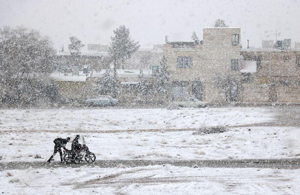 صورة بعنوان دراجة نارية تحت الثلج، للمصور علي باغيري، الحائز على جائزة YWPotY runner-up (تحت السن 17 عاما)  في مسابقة مصوِّر الطقس لعام 2019 (إيران)