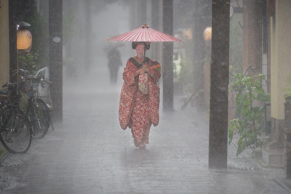 صورة بعنوان سقوط المطر، للمصور باتريك هوشنر، المؤهل إلى التصفيات النهائية لمسابقة مصوِّر الطقس لعام 2019 (اليابان)