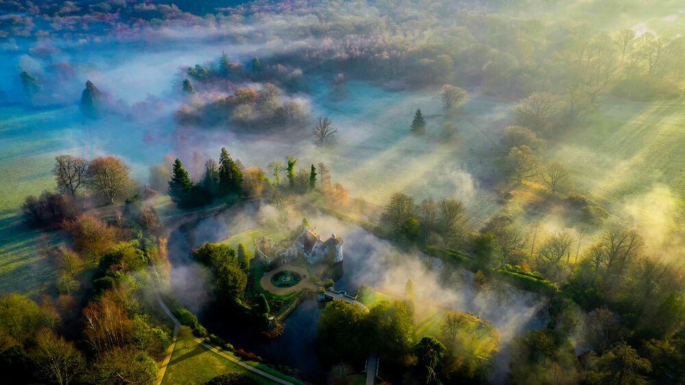 صورة بعنوان ظلال الصباح، سكوتني كاسل، للمصور كريس براون، المؤهل إلى التصفيات النهائية لمسابقة مصوِّر الطقس لعام 2019 (إنجلترا)