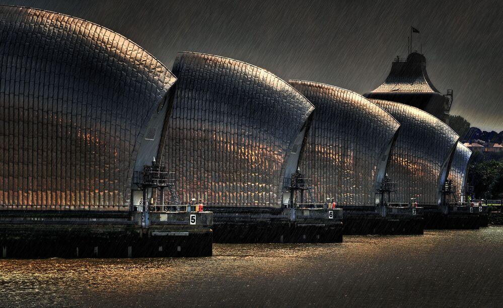 صورة بعنوان حواجز العواصف الممطرة، للمصور بريان ميشيل دينتون، المؤهل إلى التصفيات النهائية لمسابقة مصوِّر الطقس لعام 2019 (الصورة في لندن، إنجلترا)