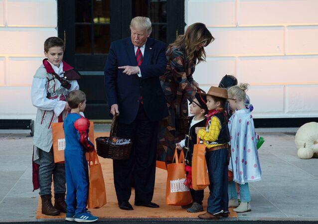 ترامب يقدم الهدايا بمناسبة الهالوين