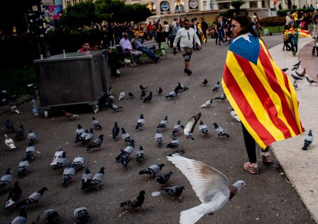 امرأة في احتجاجات برشلونة المؤيدة لاستقلال إقليم كتالونيا واحتجاجا على حكم بسجن 9 من قادة الانفصال، إسبانيا 18 أكتوبر 2019