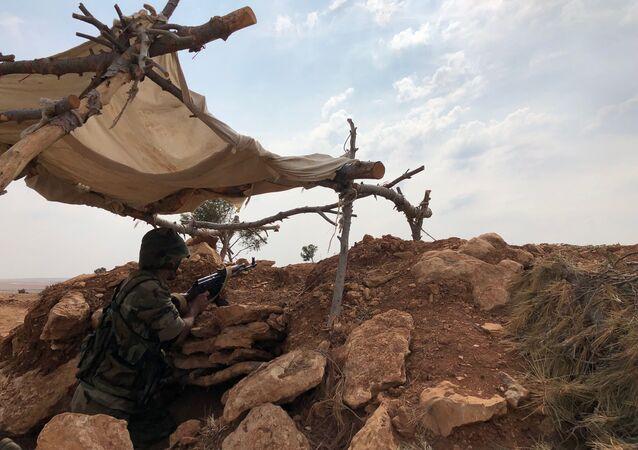 أحد جنود الجيش السوري على خط دفاعي في شمال غرب منطقة منبج في سوريا