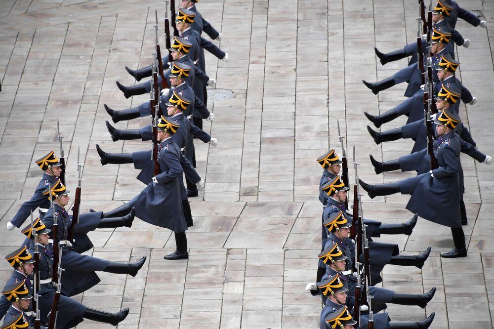 جنود من الفوج الرئاسي أثناء المراسم الختامية في ساحة سوبورنايا في الكرملين، موسكو