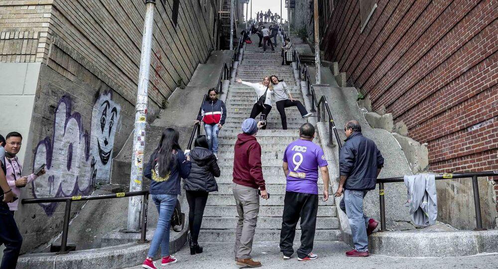 أشخاص يلتقطون صورا على درج الجوكر على الدرج الشهير في برونكس، نيويورك 28 أكتوبر 2019